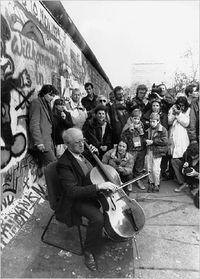 Rostropovich_berlin_wall
