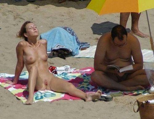Il lit le livre de Grincheux Grave sur la plage