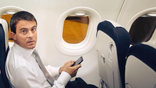 Manuel Valls dans l'avion gouvernemental