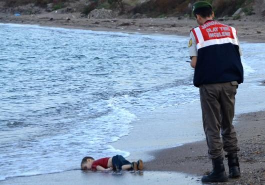 Photo enfant syrien sur plage en Turquie