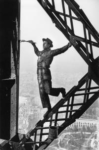 Marc Riboud-peintre sur la Tour Eiffel