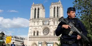 Notre-Dame de Paris gardée par des hommes en arme-juin 2017
