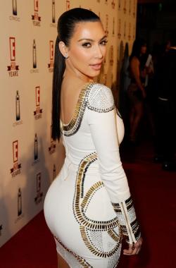Kim Kardashian en robe blanche trois quarts dos