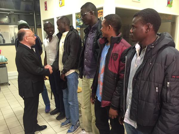 Le ministre de l'intérieur accueille des immigrés clandestins - juin 2015