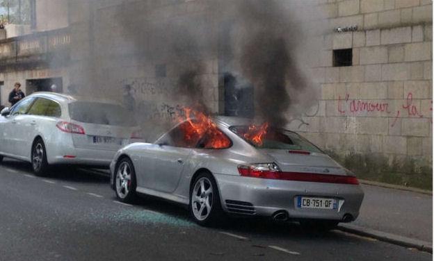 Porsche 911 à Nantes incendiée par des manifestants anti Loi Travail-avril 2016