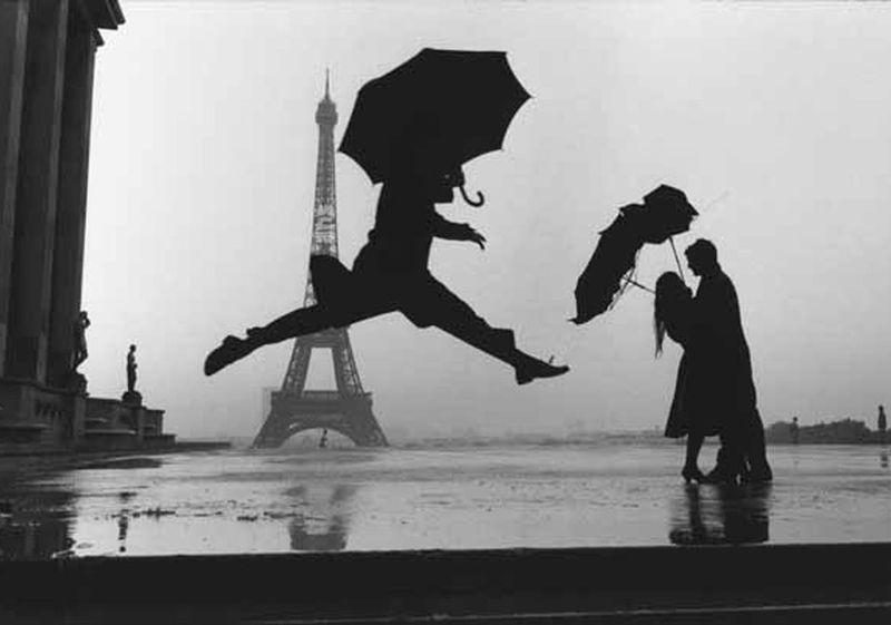 Marc Riboud-saut sous la pluie