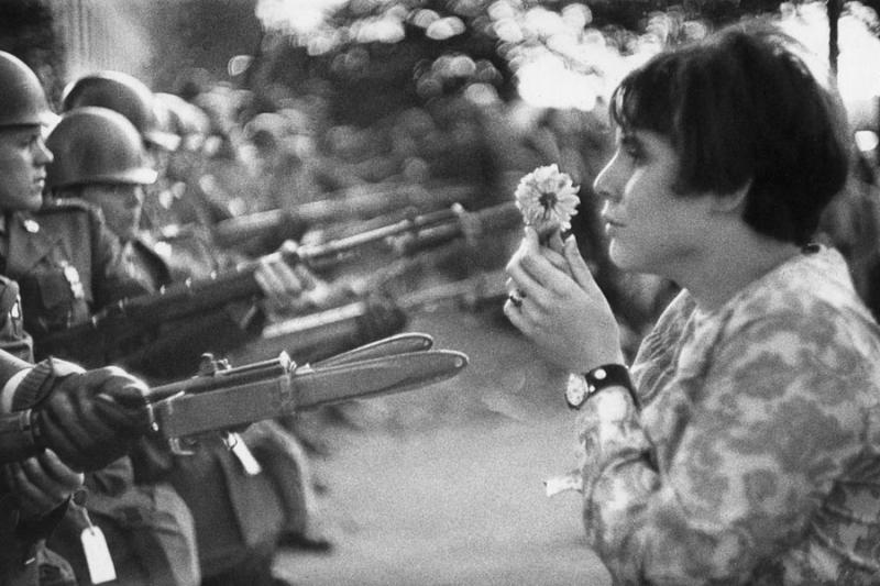 Marc Riboud-fleur contre fusils