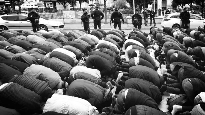 Islam-Privatisation des rues avec la participation de la police