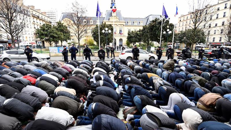 Prière de rue musulmane à Clichy
