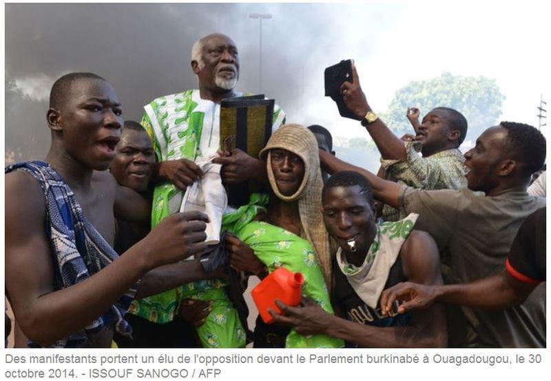 Ouagadougou - 30.10.2014 - des manifestants portent un élu de l'opposition