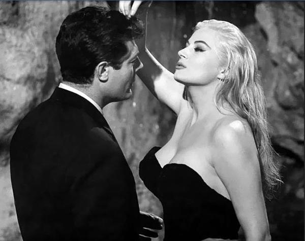 Anita Ekberg et Marcello Mastroianni dans LA DOLCE VITA - 1960