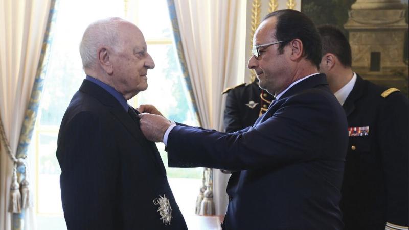 Hollande décorant Pierre Bergé
