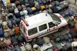 Rue bloquée par les prières musulmanes